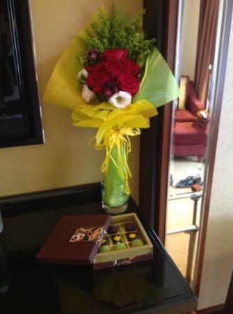Shangri-La Hotel Kuala Lumpur: flowers and chocs on arrival :-D