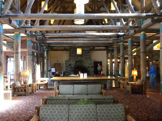 ‪‪Paradise Inn at Mount Rainier‬: Lobby, beams, cozy fire...
