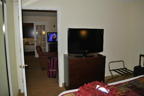 Residence Inn Atlanta Airport North/Virginia Avenue: looking from one bedroom, across the lounge to the other bedroom