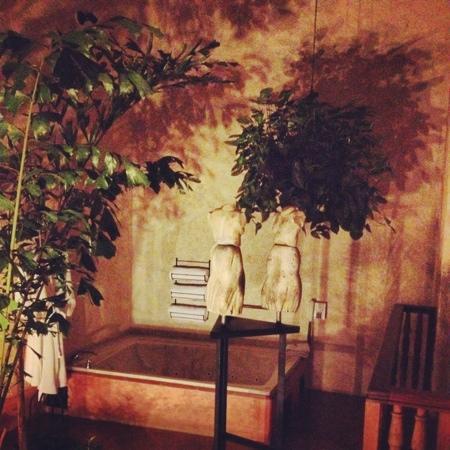 Casa Santo Domingo: interior do quarto com banheira e esculturas na ante sala
