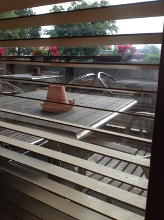 Best Western Capital Hotel: dirty blinds leading to smoking area in breakfast lounge