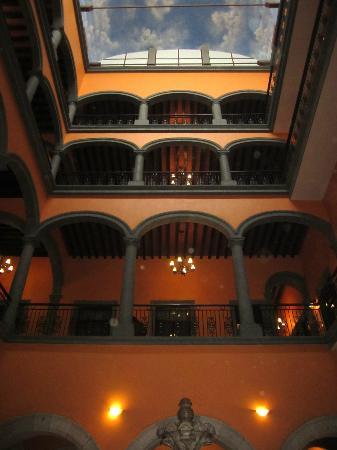 Hotel Morales Historical & Colonial Downtown Core: Blick vom Entree hoch zu den Zimmer-Arkaden