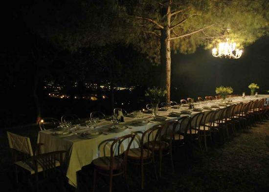 Colle Moro Resort - B&B Villa Maria: Tavolata in giardino per un evento serale
