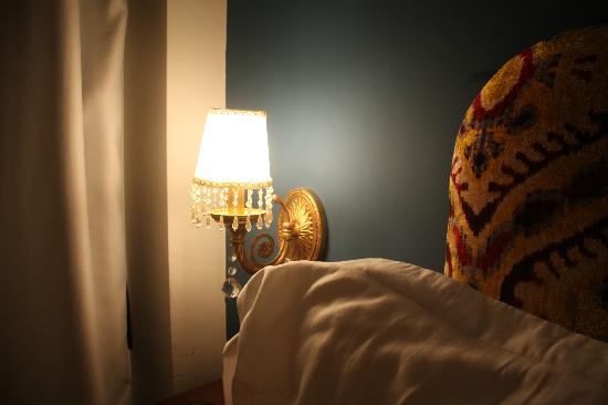 Hotel Djem : Bedroom detail - pay attention to the materials; everything is traditional