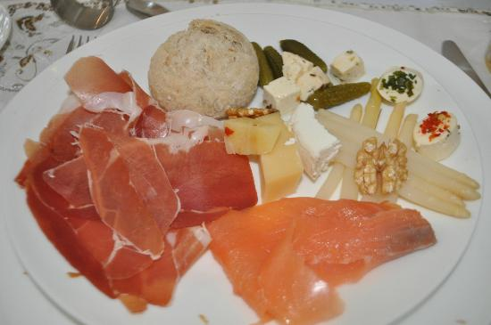 Antiq Palace Hotel & Spa: Ham, salmon, asparagus .... all for breakfast!
