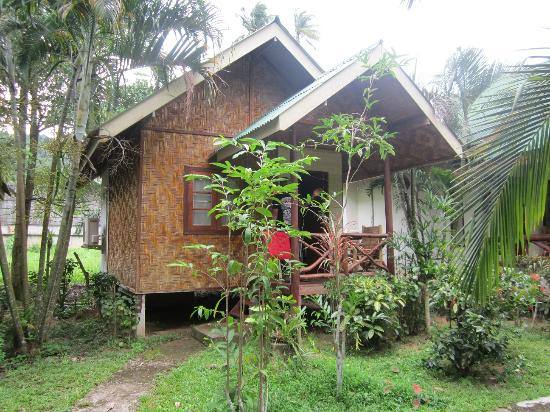 Ao Nang Friendly Bungalow: Our bungalow (one chair on the porch so we moved another over from an empty bungalow)