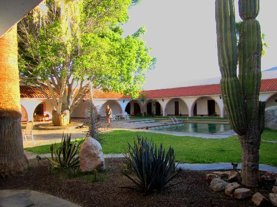 Desert Inn Catavina: Arkadengang mit Türen zu den Zimmern und Pool