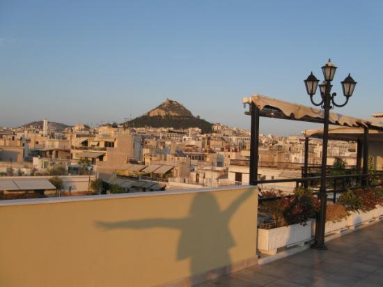 Electra Palace Hotel - Athens: 屋上からリカヴィトスの丘を