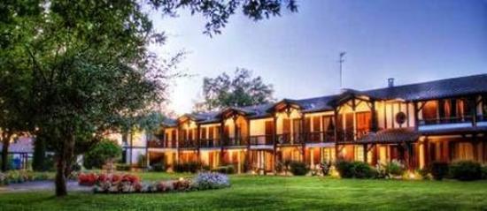 Auberge des Pins : vue de l'hôtel et le parc