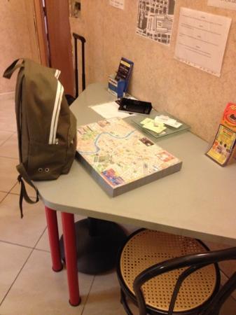 Hotel Cressy: il tavolo della reception