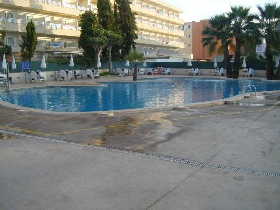 Viva Rey Don Jaime & Spa: The pool in the evening with another hotel in the backgrounf