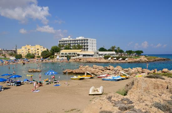 Pernera Beach Hotel: The hotel and bay