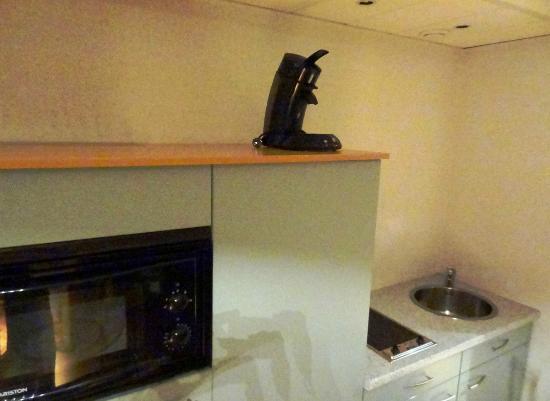 Aparthotel Brussels Midi: Kitchen: Microwave, stove, coffeemaker