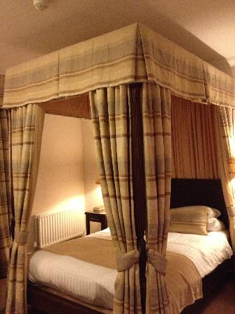 Macdonald Linden Hall Golf & Country Club: Four poster bed was beautiful