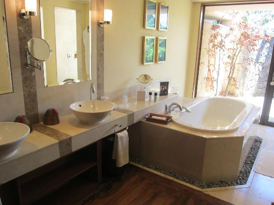 Maradiva Villas Resort and Spa: Bathroom