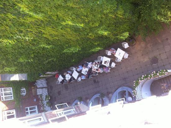 Savoy Hotel: Utsikt från vårt rum. Frukost-utegård