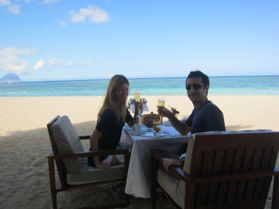 Maradiva Villas Resort and Spa: Champagne breakfast at the beach
