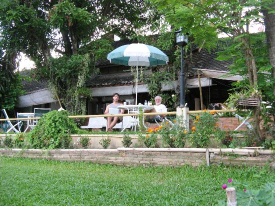 Galare Guest House: Tuin van Galare Guesthouse Chiang Mai