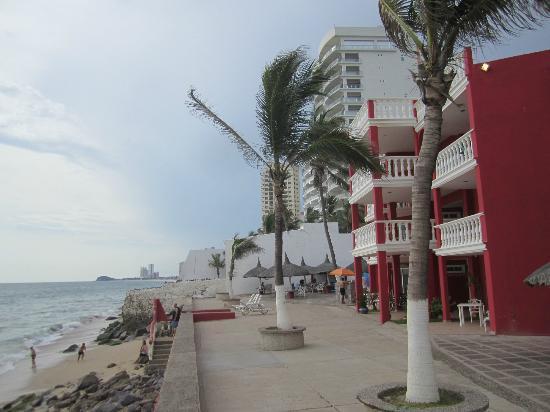 Hotel Hacienda Blue Bay: Lage am Meer (zum Baden bei Wellengang nicht geeignet)