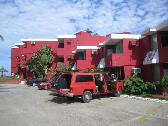 Hotel Hacienda Blue Bay: Parkplatz (Zugang zu den unten liegende Zimmern nmöglich)