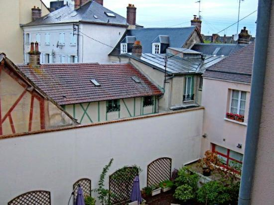 Hotel Normandy: Normandy Courtyard and Vernon Rooftops