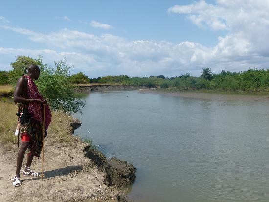Saadani River Lodge: Maasai tribesman showing us the wildlife