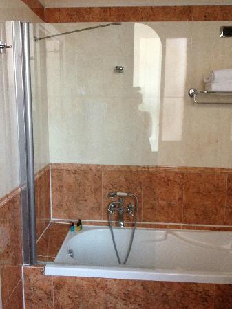 Duodo Palace Hotel: Shower-new & clean