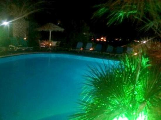 Holiday Beach Resort: Pool at night
