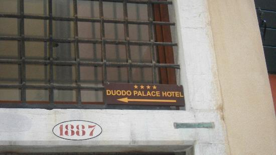 Duodo Palace Hotel: Signs to help find the entrance to the hotel by foot.