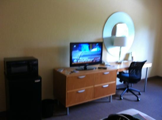 La Quinta Inn & Suites Ft. Myers - Sanibel Gateway: tv and desk