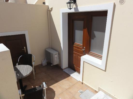 Antonia Hotel Santorini: notre entrée privative avec petite terasse