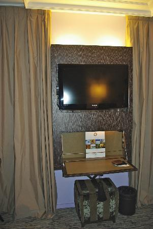 ‪‪Hotel Les Jardins de la Villa & Spa‬: TV and built in desk‬