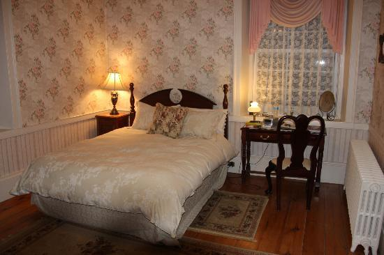 Brockamour Manor Bed and Breakfast: Our room 