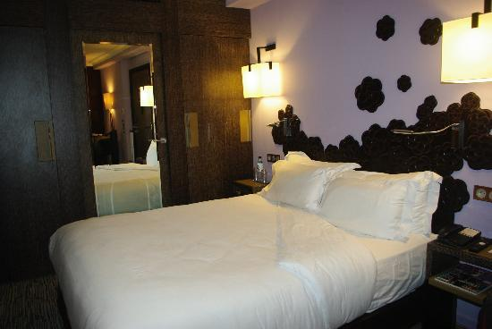 Hotel Les Jardins de la Villa & Spa: Comfy bed