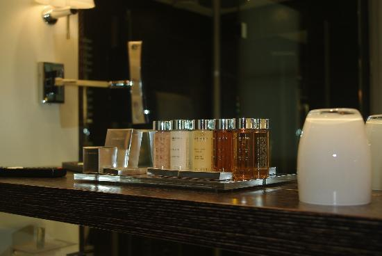Hotel Les Jardins de la Villa & Spa: Awesome toiletries including bath salts!