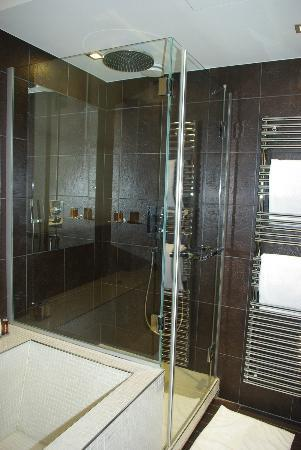 Hotel Les Jardins de la Villa & Spa: Shower and heated towel bar