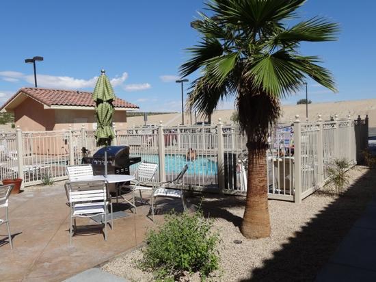 Fairfield Inn & Suites Twentynine Palms-Joshua Tree National Park: BBQ am Pool