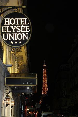Hotel Elysees Union: Night view from out front of hotel