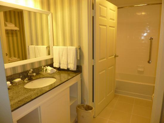 Homewood Suites by Hilton - Bonita Springs: bagno e antibagno