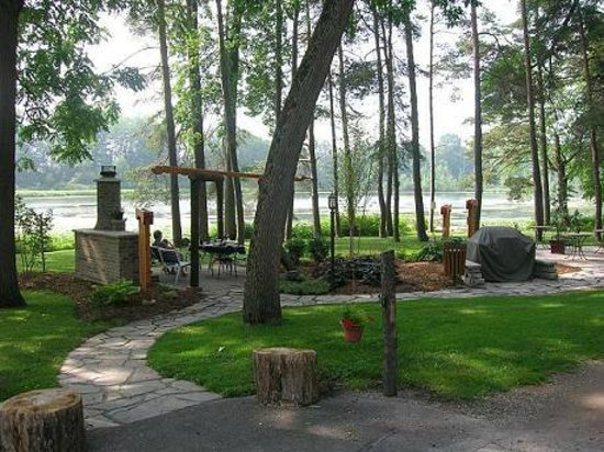 Forest Motel & Woodland Retreat: Lovely sitting areas on the lake!