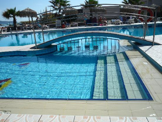Enorme Eanthia Beach: The pool