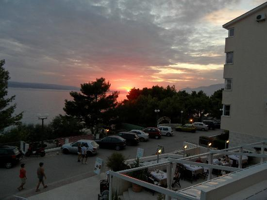 Aparthotel Milenij: Solen går ned i Adriaterhavet.