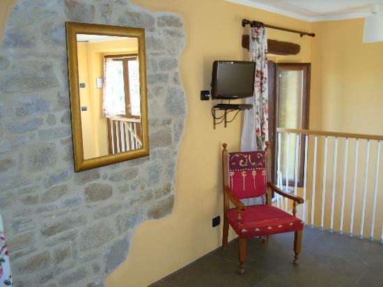 Bellaugello: Bedroom TV / Chair