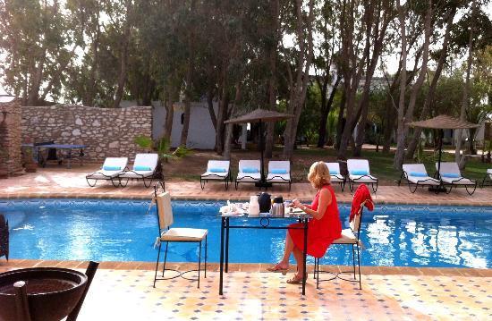 Villa Amaryllis : petit-déjeuner au bord de la piscine