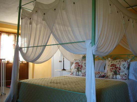 Bellaugello: Canopy bed