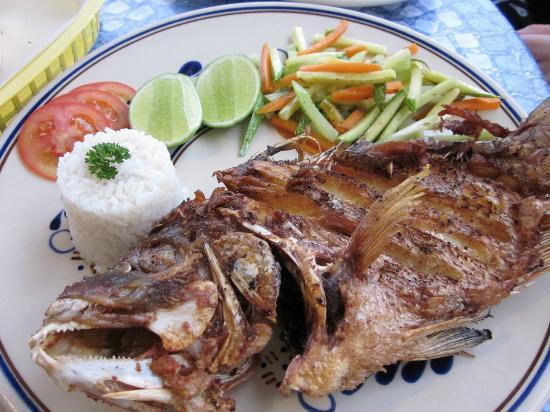 Frida's Restaurant Bar: Fried fish - too dry - not good flavor