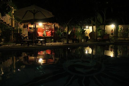 Serenity Eco Guesthouse and Yoga: poolbereich abends