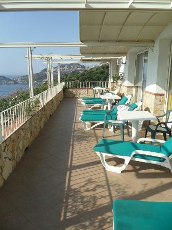 Le Terrazze: общий балкон номера