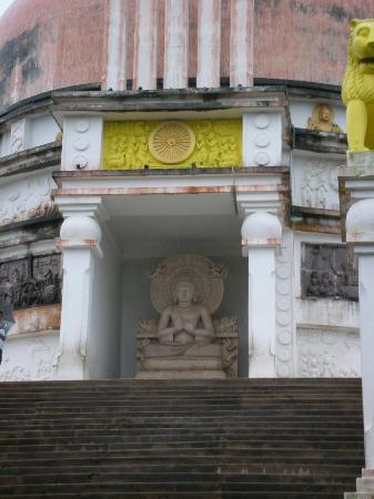 Dhauli Giri Hills: Buddha statue in Vishwa shanti stupa