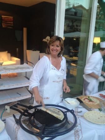 Hotel Belvedere: Marina, con un bel sorriso e un'energia infinita e contagiosa, mentre prepara le piadine